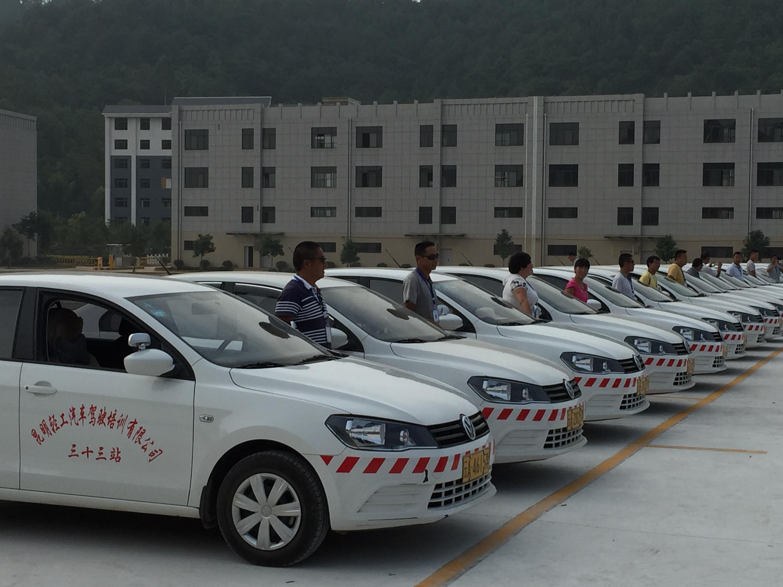 东方时尚驾校和轻工汽车驾驶培训有限公司哪个好?